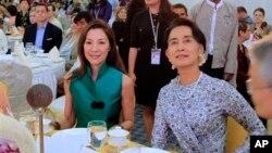 မေလးရွားမင္းသမီး Michelle Yeoh (ဝဲ) ႏွင့္ ေဒၚေအာင္ဆန္းစုၾကည္တို႔အား စုေဖာင္ေဒးရွင္းတည္ေထာင္ျခင္းနဲ႔ အျပည္ျပည္ဆိုင္ရာ မီဒီယာ အႀကိဳဖြင့္ပြဲမွာ အတူေတြ႔ရစဥ္။ (မတ္လ ၉၊ ၂၀၁၄)