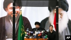 ນັກສອນສາສະໜາຊີໄອທ໌ຫົວຮຸນແຮງ Moqtada al-Sadr ກ່າວຄຳໄສ ເທື່ອທຳອິດ ທີ່ເມືອງນາຈາບ ນັບແຕ່ໄດ້ເດີນທາງກັບຄືນປະເທດ ຈາກການລີ້ໄພ ຢູ່ອີຣ່ານເປັນເວລາ 3 ປີກວ່າໆ (8 ມັງກອນ 2011)