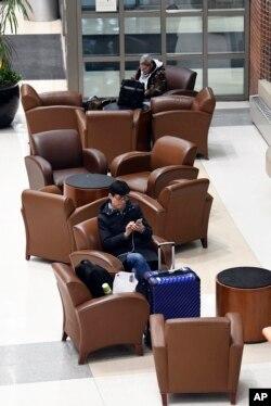 Pasajeros de aerolíneas esperan aviso sobre sus vuelos demorados en el aeropuerto internacional Albany en Colonie, N.Y., el domingo 20 de enero de 2019.