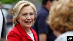 Kandidat calon presiden Partai Demokrat AS Hillary Clinton menyapa pendukungnya di New Hampshire (4/7). (AP/Robert F. Bukaty)