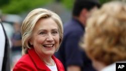 Kandidat calon presiden Partai Demokrat Hillary Clinton menyapa warga di Gorham, New Hampshire (4/7). (AP/Robert F. Bukaty)