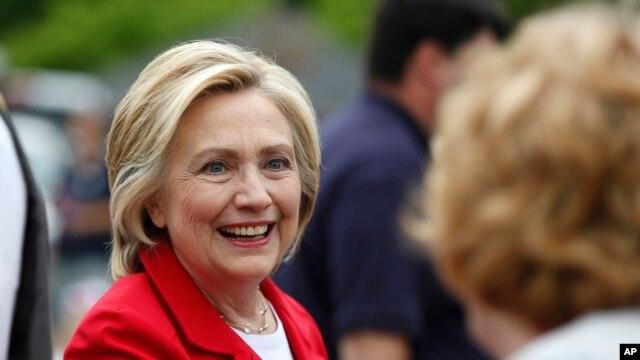 希拉里.克林顿2015年7月4日在新罕布什尔州出席独立日游行庆祝活动。