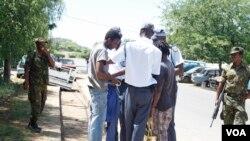 Zithwele nzima izizalwane zeZimbabwe ezingela maphepha okuhlala kwele Botswana.