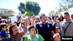 Al otro lado de la frontera esperaban a los estudiantes decenas de inmigrantes que protestaban contra las deportaciones.