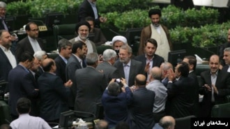 عارف بعد از شکست در انتخابات ریاست موقت مجلس به لاریجانی تبریک گفت.