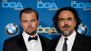 """Leonardo DiCaprio (kiri) pemeran utama film """"The Revenant"""" berpose dengan dutradara Alejandro Gonzalez Inarritu dalam ajang Directors Guild of America Awards ke-68 di Hyatt Regency Century Plaza, Los Angeles (6/2)."""