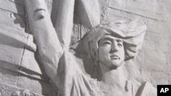 陳維明製作的民主女神像浮雕