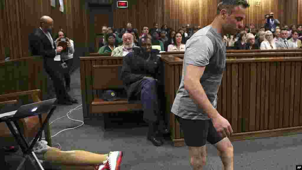Oscar Pistorius marche sur ses jambes amputées, lors d'une séance à la Haute Cour de Pretoria, en Afrique du Sud, le 15 juin 2016.