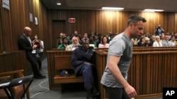 Le champion paralympique sud-africain Oscar Pistorius marche sans ses jambes prosthétiques lors d'une audience de son procès pour le meurtre de sa fiancée à Pretoria, Afrique du Sud, 15 juin 2016.