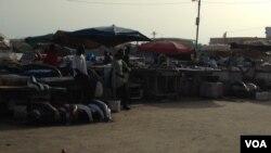Des vendeuses à la plage de Soumbédioune au Sénégal. (archives VOA)