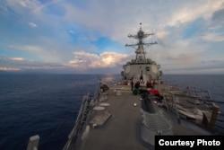 美军杜威号导弹驱逐舰2017年5月6日在南中国海巡航 (美国海军照片)