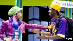 Peri Grafiti (diperankan oleh Paige Hernandez) memarahi P. Nokio (diperankan oleh Psalmayene 24) dalam sebuah adegan drama musikal hip hop Pinokio di Panggung Imajinasi.