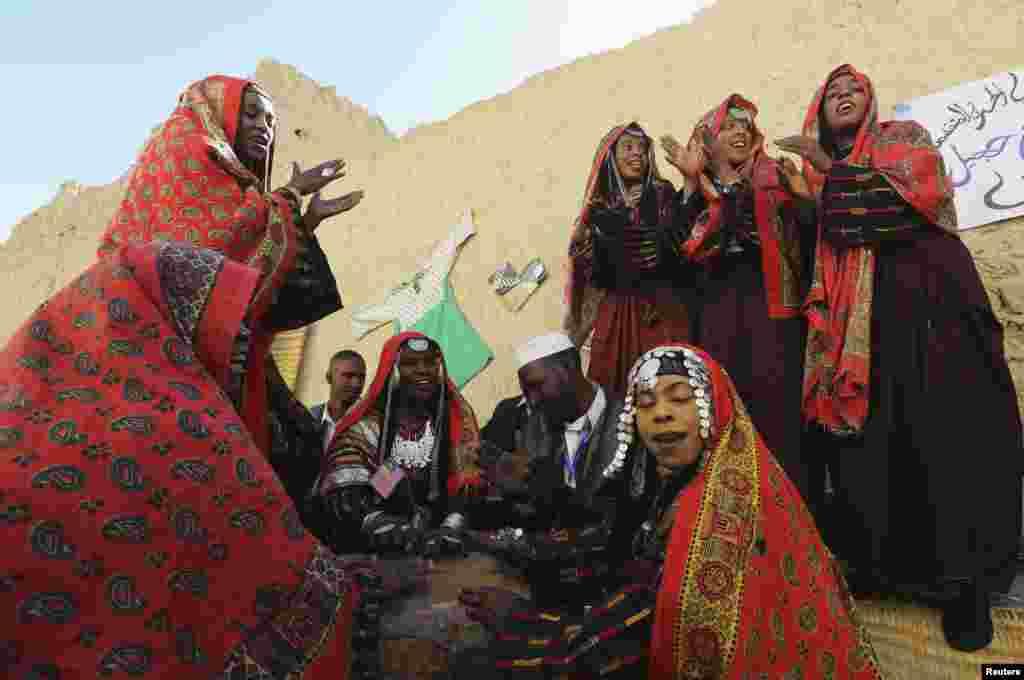 یہ قبائل آباد آج کے دور میں بھی پرانے طریقہ کار کے مطابق زندگیاں گزار رہے ہیں۔
