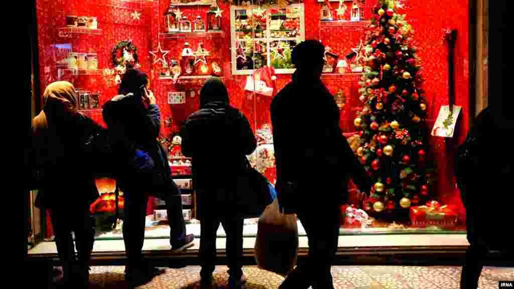 امسال فروش محصولات مربوط به جشن کریسمس در تهران رونق داشت. عکس: عبدالله حیدری، ایرنا
