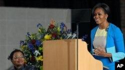 Primeira-dama norte-americana Michelle Obama discursa na igreja Regina Mundi a jovens líderes africanas, à esquerda Graça Machel, esposa de Nelson Mandela e antiga primeira-dama moçambicana e sul-africana (AP Photo)