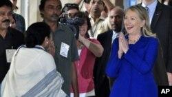 La secretaria Clinton arribó a India donde fue recibir por la ministra jefa de Bengala Occidental, Mamata Banerjee.