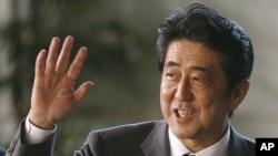 26일 일본 총리 관저에 도착한 아베 신조 신임 총리.