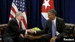 Tổng thống Mỹ Barack Obama (phải) và Chủ tịch Cuba Raul Castro bắt tay trước cuộc họp tại Đại hội đồng Liên Hợp Quốc ở New York 29/9/2015.