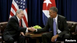 FILE - U.S. President Barack Obama (R) and Cuban President Raul Castro shake hands at the start of their meeting at the United Nations General Assembly in New York, Sept. 29, 2015.