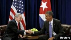 美國總統奧巴馬與古巴國務委員會主席勞爾·卡斯特羅在紐約聯合國總部會晤。 (2015年9月25日)