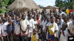 Governo de Nampula fabrica carteiras escolares com madeira abandonada