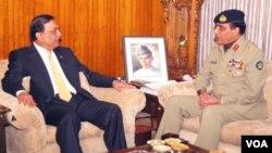 Presiden Pakistan Asif Ali Zardari (kiri) bertemu Panglima militer Jenderal Ashfaq Kayani hari Sabtu (14/1).