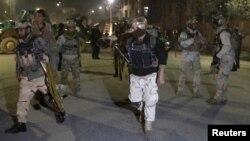 Афганские военные прибывают на место атаки