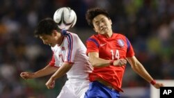 지난해 10월 인천 아시안게임 남자 축구 남북한 경기에서 북한의 조광(왼쪽) 선수와 한국의 김영욱 선수가 공중에 뜬 공을 차지하기 위해 몸싸움을 벌이고 있다.