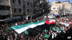 示威者簇拥着巨幅约旦国旗