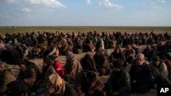 Para tahanan di Suriah pasca jatuhnya kekuasaan ISIS di kota Baghuz, Suriah timur (foto: ilustrasi).