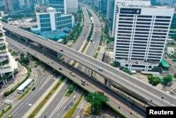 Suasana jalan di Jembatan Semanggi cukup lengang di tengah perebakan wabah Covid-19 di Jakarta (27/3). (Foto: Antara/Reuters)