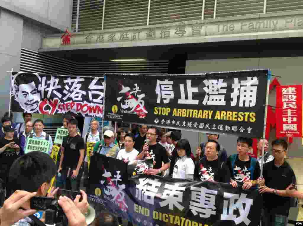 香港团体和政党游行呼吁特首下台重启政改(美国之音海彦拍摄)