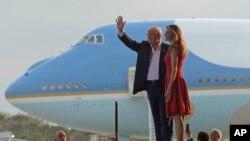 លោកប្រធានាធិបតីសហរដ្ឋអាមេរិក Donald Trump និងស្រ្តីទី១លោកស្រី Melania Trump បានមកដល់ការជួបជំ «ធ្វើឲ្យអាមេរិកអស្ចារ្យម្តងទៀត»នៅ អាកាយានដ្ឋានអន្តរជាតិ Orlando-Melbourne រដ្ឋ Florida កាលពីថ្ងៃទី ១៨ កុម្ភៈ ២០១៧។