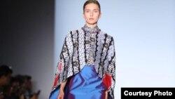 Batik Sulawesi Utara rancangan Coreta Louise. (Courtesy IFG/VOA)