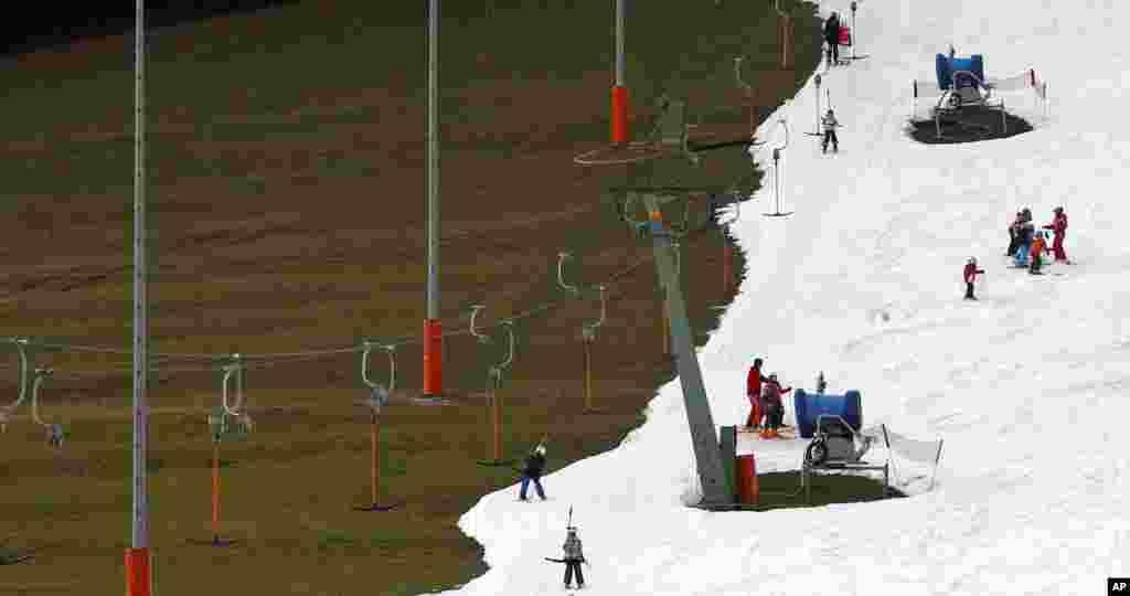 Tuyết nhân tạo để phục vụ người chơi trượt tuyết ở Ruhpolding, miền nam nước Đức. Nhiệt độ ở miền nam nước Đức đang cao bất thường.
