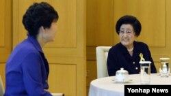 김대중 전 한국 대통령의 부인 이희호 여사(오른쪽)가 지난달 28일 청와대를 방문헤 박근혜 한국 대통령과 환담하고 있다.