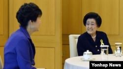 김대중 전 한국 대통령의 부인 이희호 여사(오른쪽)가 지난 10월 청와대를 방문헤 박근혜 한국 대통령과 환담하고 있다.
