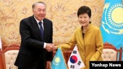 박근혜 한국 대통령(오른쪽)과 누르술탄 나자르바예프 카자흐스탄 대통령이 10일 청와대에서 열린 MOU서명식에서 악수하고 있다.