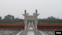 雾气笼罩下的北京地坛。污染问题造成来华国际游客人数明显减少。