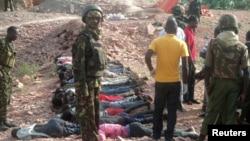 Maden ocağında cesetleri toplayan Kenyalı askerler