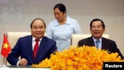 Thủ tướng Campuchia Hun Sen (phải) và Thủ tướng Việt Nam Nguyễn Xuân Phúc trong một cuộc hội kiến tại Phnom Penh, tháng Tư, 2017.