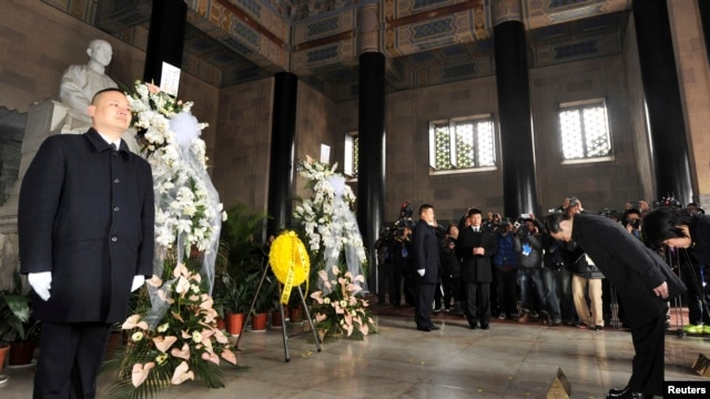 Taiwan's Mainland Affairs Minister Wang Yu-chi (2nd R) and Vice Minister Wu Mei-hung (R) pay their respect to the statue of party founder Sun Yat-sen during their visit at Sun Yat-sen mausoleum in Nanjing, Jiangsu province, Feb. 12, 2014.