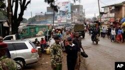 Des policiers et des militaires patrouillent sur une rue à Nairobi, Kenya, 27 novembre 2015.