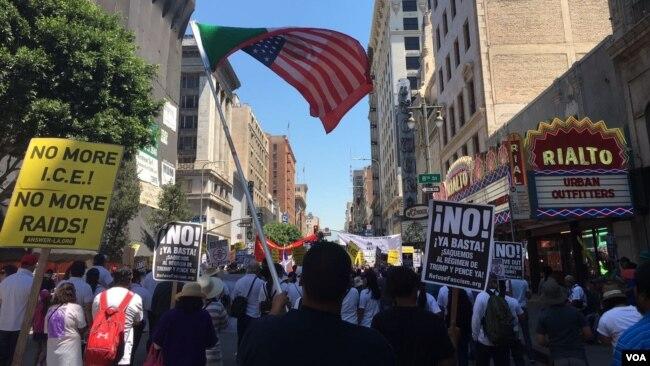 Inmigrantes en la ciudad de Los Angeles, California, también se manifestaron. Foto: Arturo Martínez / VOA.