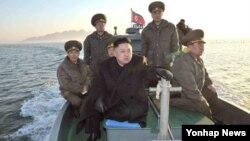 '김정은 북한 국방위원회 제1위원장이 11일 백령도 타격임무를 부여받은 월내도방어대를 시찰하고 있다'고 조선중앙통신이 12일 보도했다.