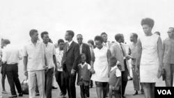 Godefroid Nyilibakwe (Ari hagati kw'ifoto) n'umugore wiwe bari ku kibuga c'indege i Kigali.