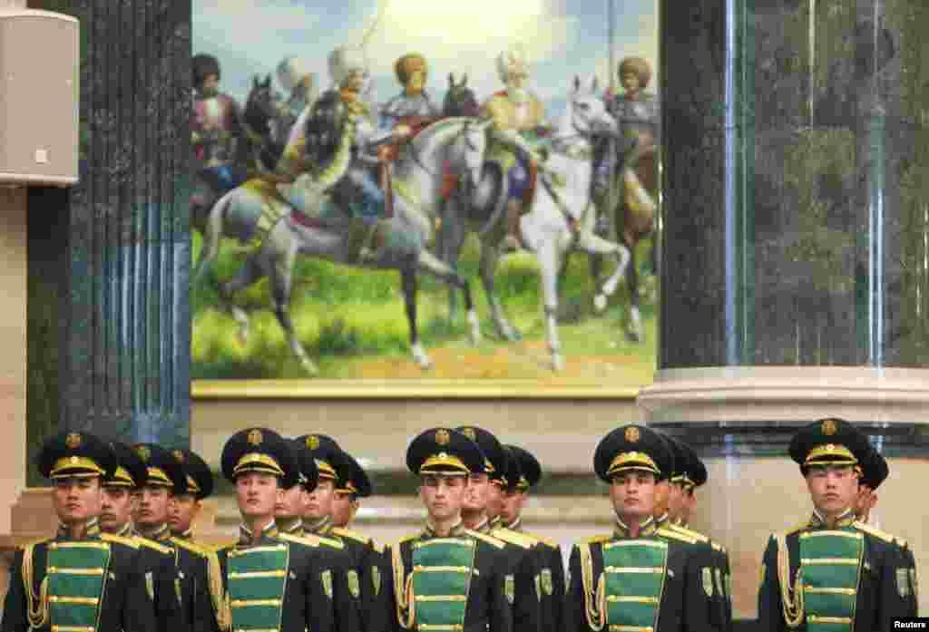 Toán quân dàn chào của Turkmenistan trong buổi hội kiến giữa tổng thống nước họ với tổng thống của Ukraina tại thủ đô Ashgabat, Turkmenistan.