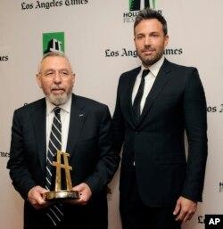 تونی مندز (چپ) مامور سیآیای بود که به این دیپلماتها برای فرار کمک کرد و بیش از سه دهه بعد، «بن افلاک» (راست) کارگردان هالیوود، اقدام او را فیلمی به نام آرگو کرد که جایزه اسکار بهترین فیلم ۲۰۱۲ را از آن خود کرد.