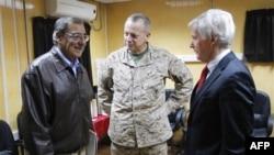 Tướng John Allen (giữa) là vị tướng lãnh cấp cao nhất trong quân lực Hoa Kỳ nhắc tới khả năng quân đội Hoa Kỳ có thể duy trì sự hiện diện lâu dài tại Afghanistan.