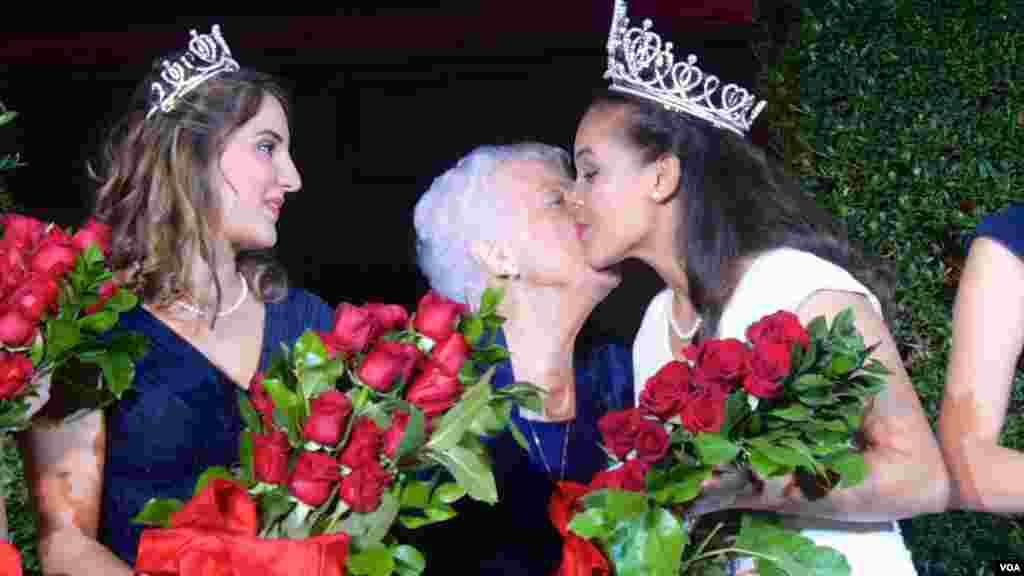92岁的玛格丽特皇后祝贺特里普利特(美国之音国符拍摄)